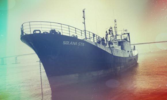 Fotografia com efeitos de borrões em tons de vermelho e azul do navio Tunamar ( já nomeado como Foo Lang III, Geraldtown Endeavour, Solana Star e Charles Henri). Foto: Brasil Mergulho.