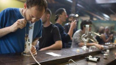 alasca maconha dispensario consumo loja smokebuddies 400x225 THC vs CBD: qual composto da maconha é mais benéfico?
