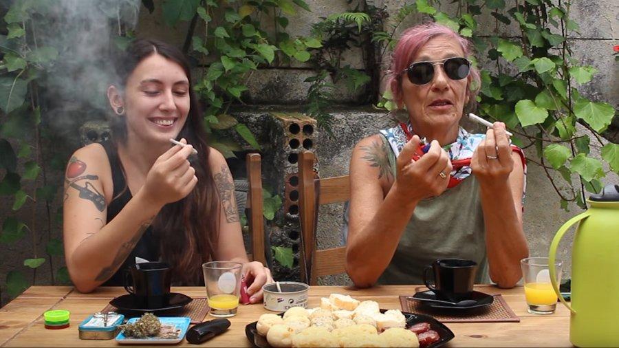abra a gaveta mae filha fumam maconha Abra a Gaveta: mãe e filha fumam e debatem sobre maconha juntas [assista]