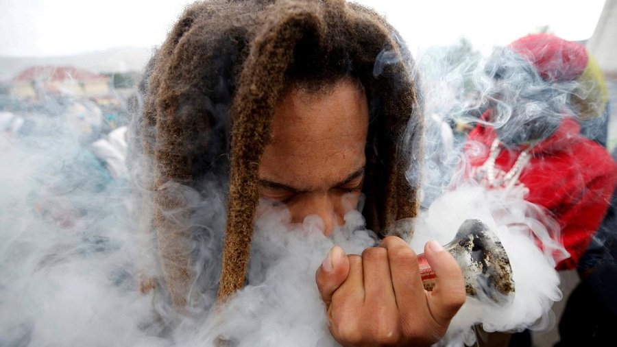 fumaca cachimbo afica Legalize it: Países africanos miram no mercado global da maconha