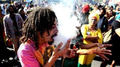 cabo africa do sul fumaca 400x225 África do Sul: ativistas criticam projeto de lei de regulação da cannabis que favorece grandes empresas