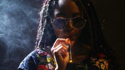caneta vape mulher 400x225 O futuro da cannabis é feminino: mulheres são nicho do mercado consumidor de maconha de crescimento mais rápido